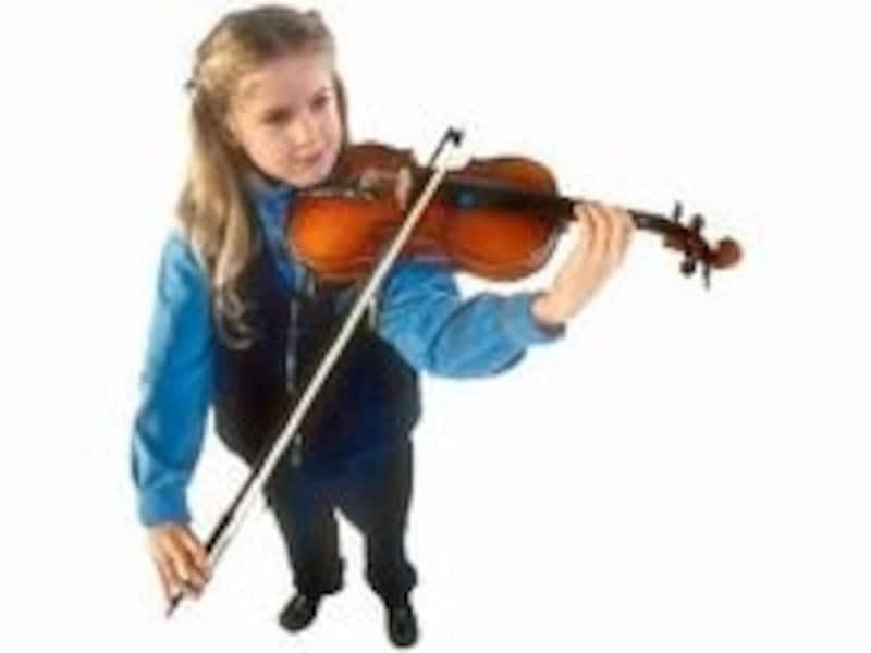 バイオリンを引く少女