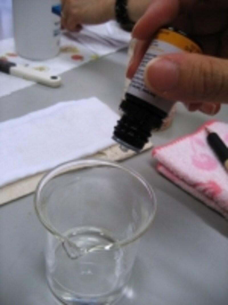 先ずは!無水エタノールに精油を滴数垂らして精油を希釈するのがアロマスプレーをきれいに作るガイド流のコツです