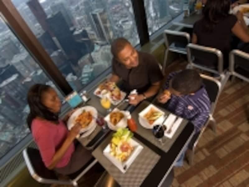 大パノラマを楽しみながらの食事は展望レストランならでは(C)TourismOntario
