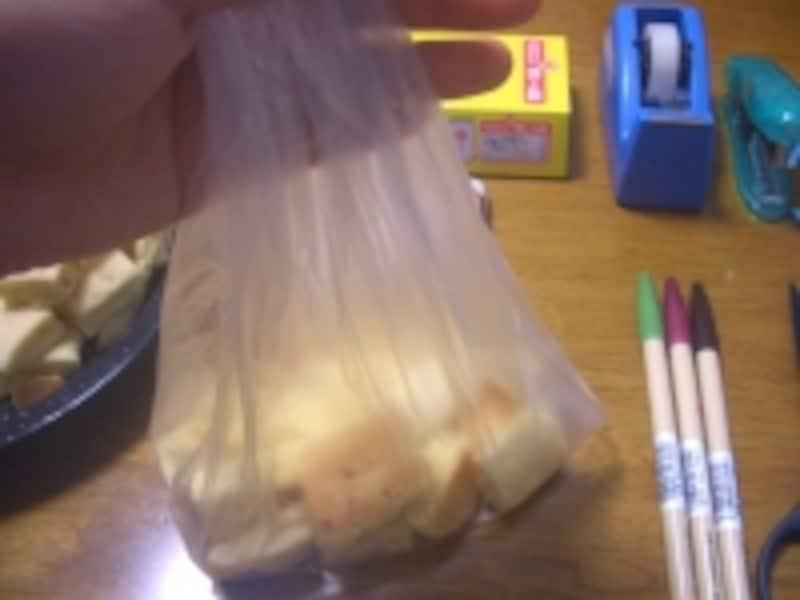 袋にお菓子を入れる