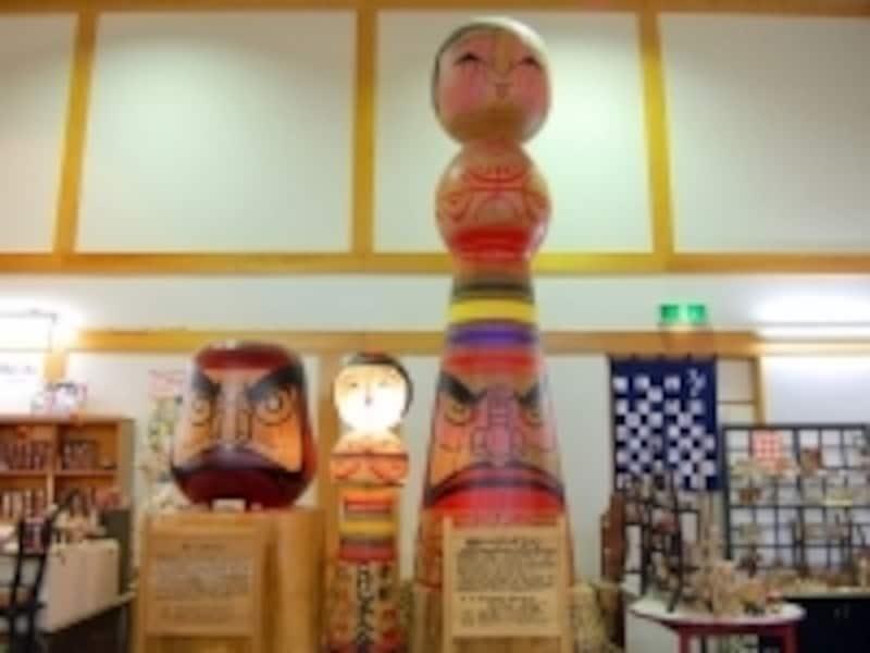 日本一のジャンボこけしとダルマ展示