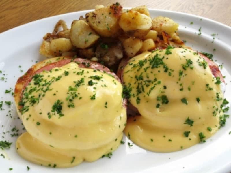 ニューヨーカーの朝食の定番「エッグベネディクト」。「バビーズランドマークプラザ」では、ランチタイムに食べられます(2012年6月18日撮影)