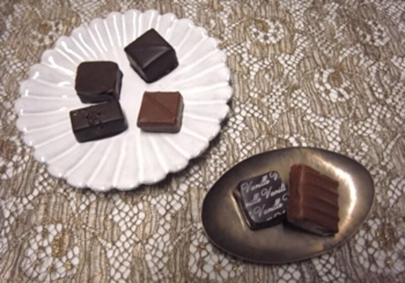 丁寧な手作りのボンボンショコラにはクラフト性の高い器