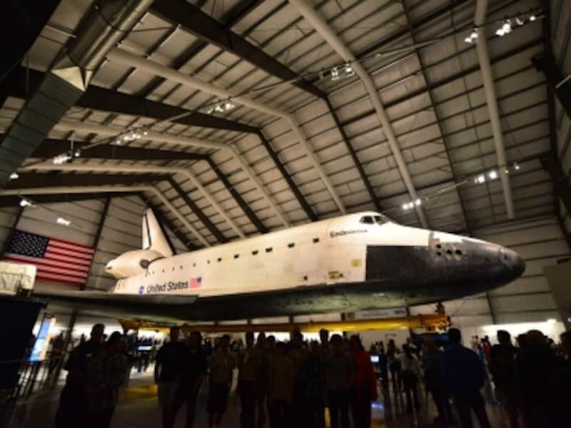 スペースシャトル全体を詳しく見ることができるように展示されている
