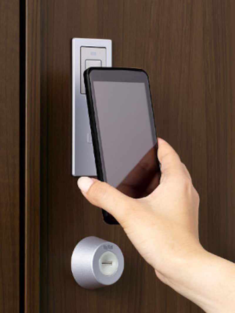 スマートフォンをかざすことで施解錠ができる機能も。[TOSTEM新エントリーシステムカザスプラス(スマートフォン)] LIXIL http://www.lixil.co.jp/