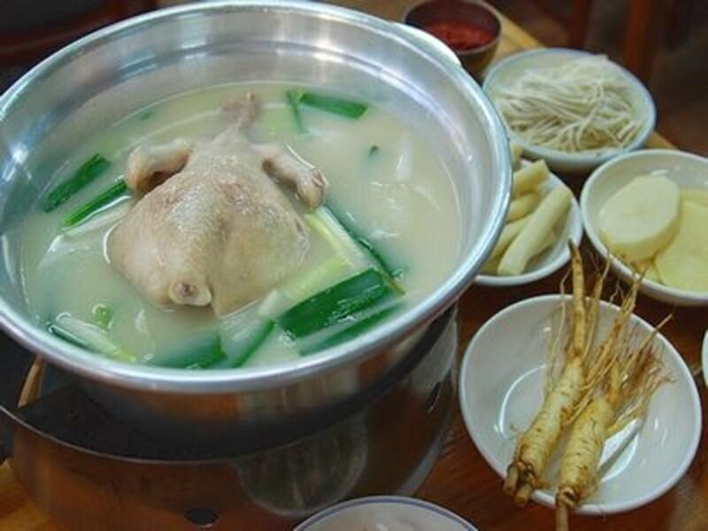 コラーゲンに、様々な韓方食材まで入っているまさに美容食!どうせ食べるならダッカンマリストリートの中でも人気あるお店でいただきたいですね!