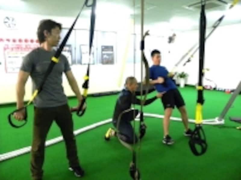 不安定なハンドルで全身を支えることで、筋力とバランス力などを総合的に強化することができる
