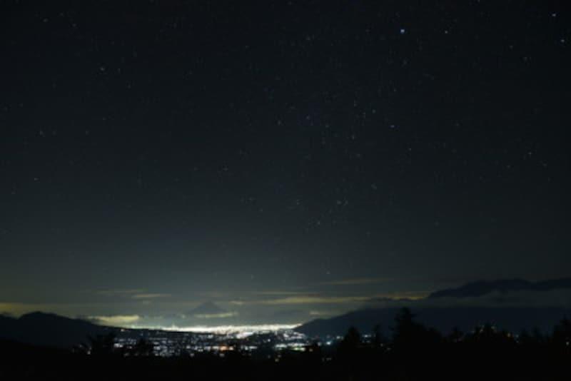 八ヶ岳から見る甲府盆地と富士山、星空