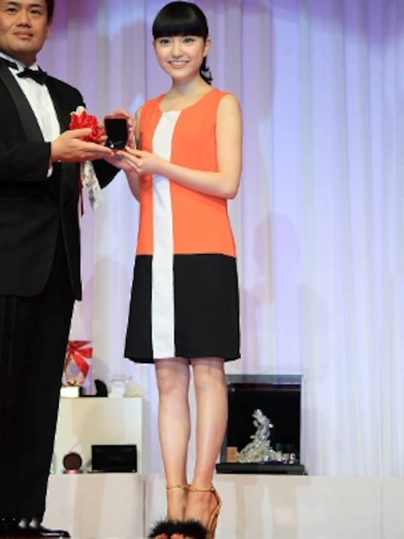 川島海荷さんがジュエリーベストドレッサー賞を受賞