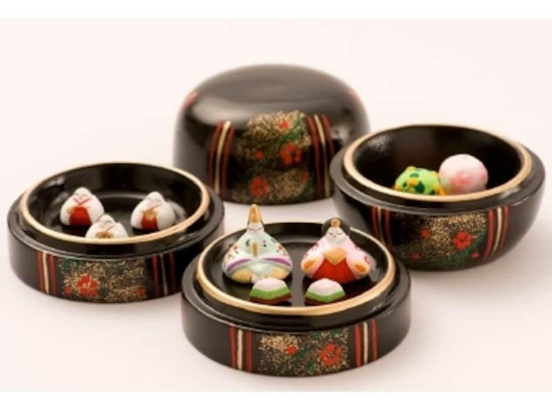 珍しい陶器製のひな飾りは、和のインテリアにふさわしい重厚な雰囲気