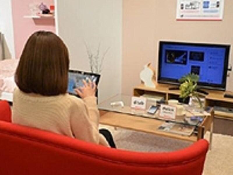 ドコモが提案する「docomoSmartHome」では、スマホと同じID、パスワードでタブレットやテレビから動画配信サービスなどが利用できる