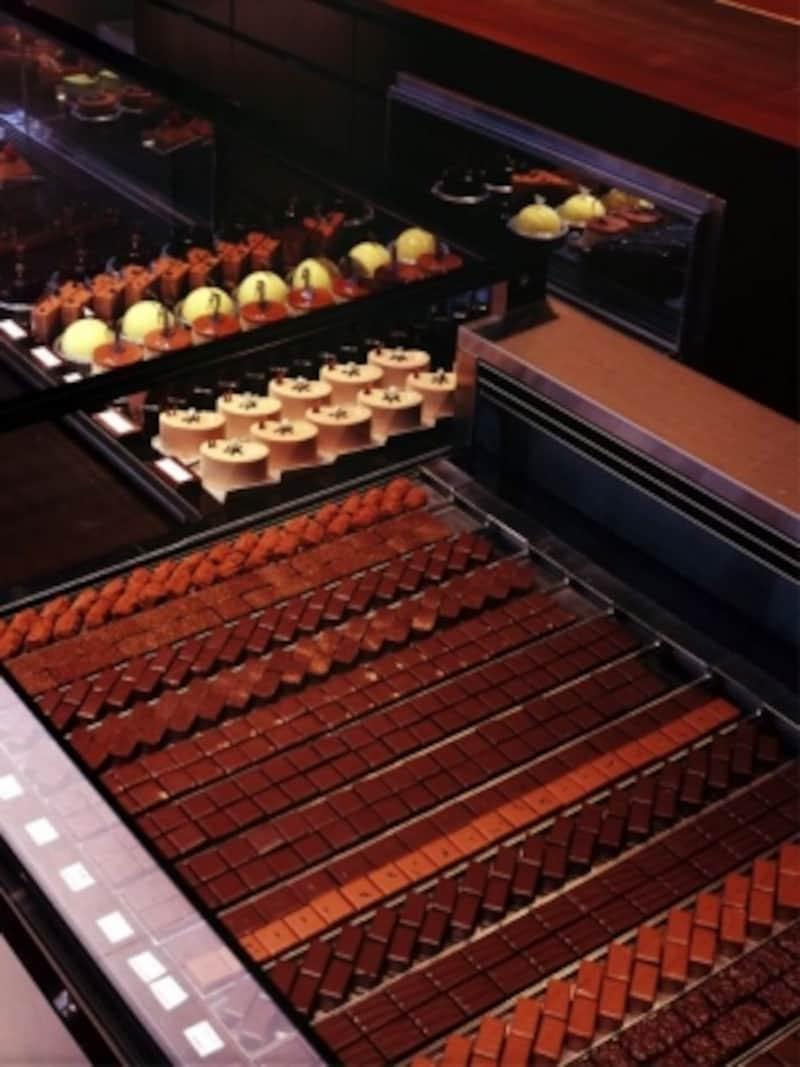 ずらりと並ぶボンボンショコラから1粒ずつ選ぶのも、ショコラティエならではの楽しみ