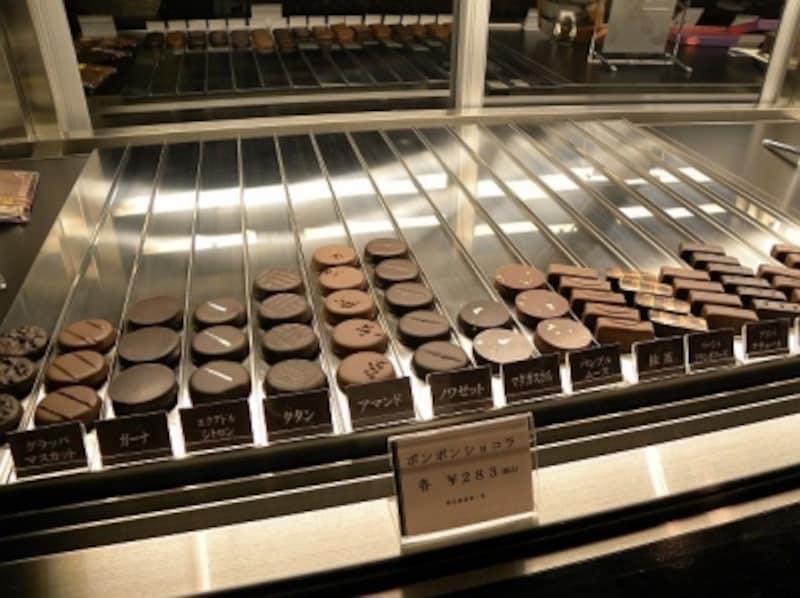 「CELLARDECHOCOLAT(セラー・ド・ショコラ)」のボンボンショコラ(円盤形1個・各283円)