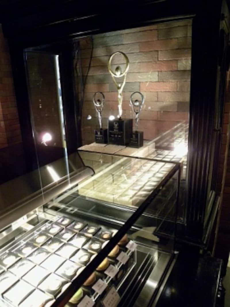 「CELLARDECHOCOLAT(セラー・ド・ショコラ)」店内に飾られた「ワールドチョコレートマスターズ」の優勝トロフィー