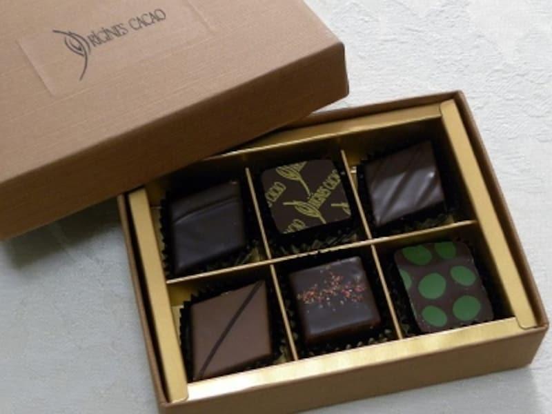 「オリジンーヌ・カカオ」の「チョコレート詰め合わせ」(6個入・1680円) 奥左からヴィーナス、オリジンーヌ・カカオ、マラカイボ、手前左からオテロ、ジャマイカ、オリビエ