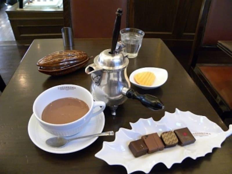 「ミュゼ・ドゥ・ショコラ・テオブロマ」の「ショコラセット」(飲み物の価格+470円で日替わりのボンボンショコラ4粒)を「ホットショコラドリンク」(780円)とのセットで。ボンボンショコラは左から「Parapara(黒こしょう)、ごま、Lala(はちみつ)、ゆず」