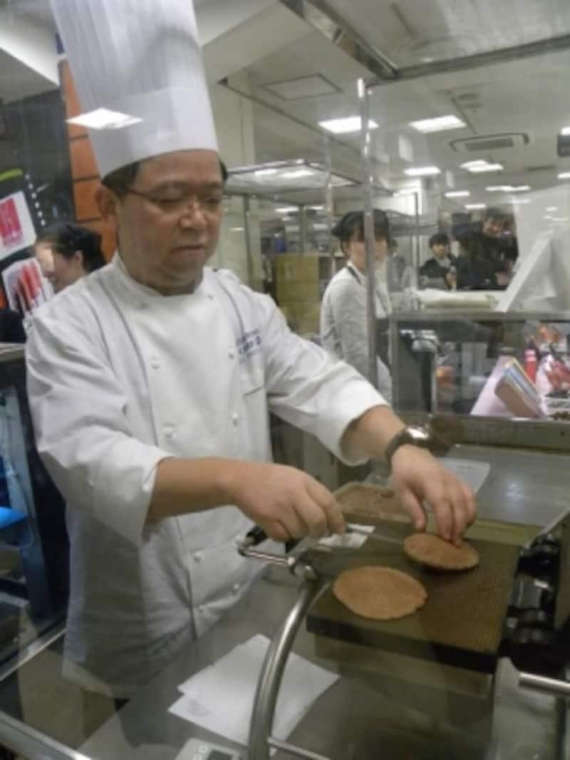 2013年1月、東京・伊勢丹新宿店で開催された「サロン・デュ・ショコラ2013」でも、限定商品の実演販売が話題に。ヨーロッパ中世から伝わる伝統菓子「ゴーフル」を「テオブロマ」流にアレンジした「ショコフル」(催事期間中のみ販売)を自ら焼き上げる土屋シェフ