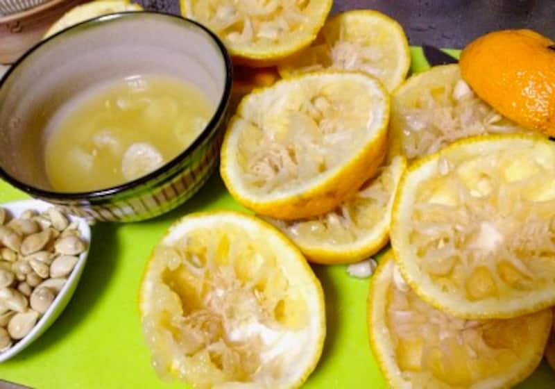 ゆず茶の作り方・レシピ:柚子を絞り種をとりのぞく