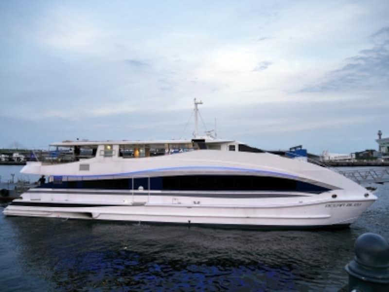 「OCEANBLEU(オセアンブルー)」に乗って出航!定員は約50名、広々としていますundefined※日によって使用艇は変わります(2017年6月1日撮影)