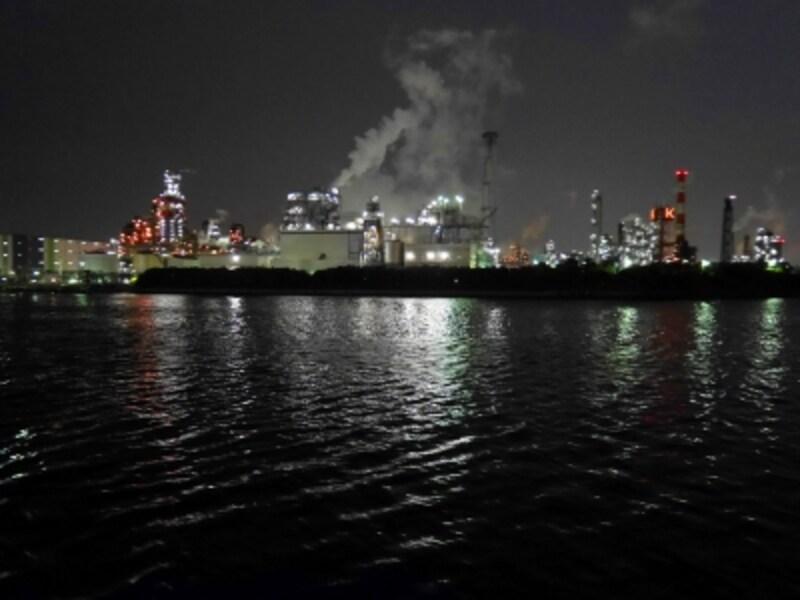 海上から眺める工場夜景クルーズが大人気!(2017年6月1日撮影)