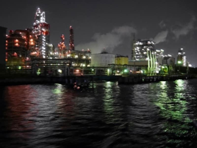 クルーズ開始から約50分後に現れる東亜石油製油所は人気スポットのひとつ(2017年6月1日撮影)