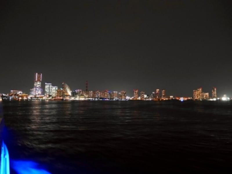 船上からパノラミックに広がる、みなとみらい21地区の夜景。工場夜景とはまったく違うイメージですね(2017年6月1日撮影)