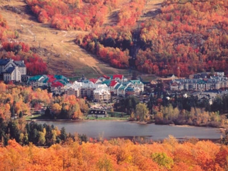 紅葉に包まれるモン・トランブランは、秋の観光でも欠かせないハイライト(C)StationMontTremblant