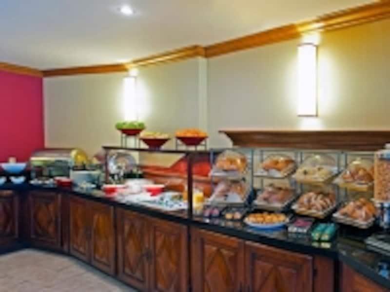 料金に含まれる朝食といっても、内容は豊富なメニューのバイキング。スクランブルドエッグなど暖かいアイテムもあり(C)MarriottInternational,Inc