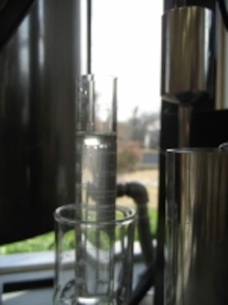 蒸留釜から精油と芳香蒸留水が抽出されているところ。透明に浮いている上層部分が精油。下層部分が芳香蒸留水です