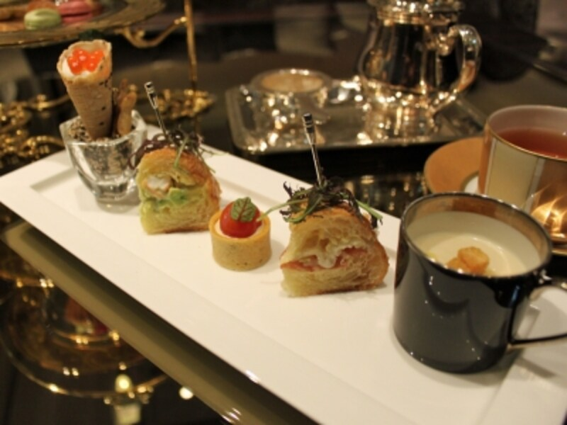 クロワッサンのサンドウィッチや暖かいスープなど、フレンチレストランの厨房で作られます