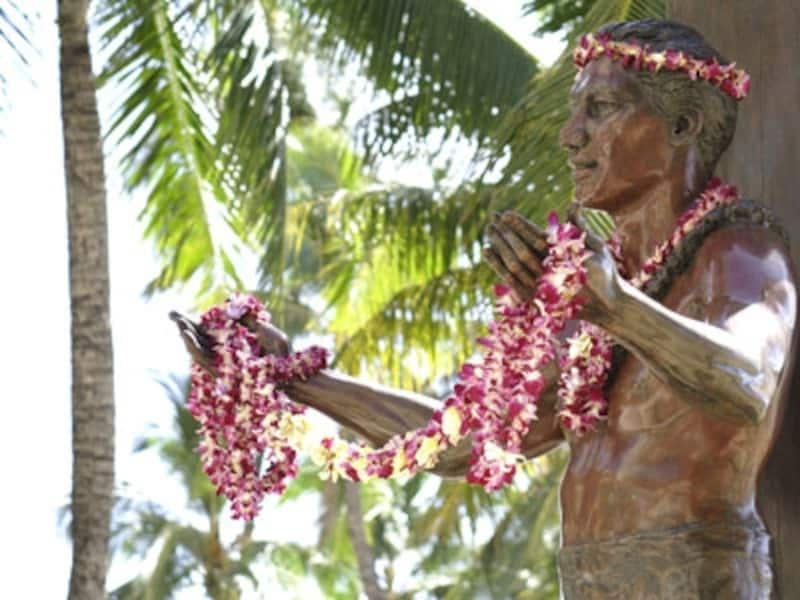 銅像が建立されたのは、生誕100周年を迎えた1990年。海を愛した彼が、海に背を向けているのはかわいそうという意見も