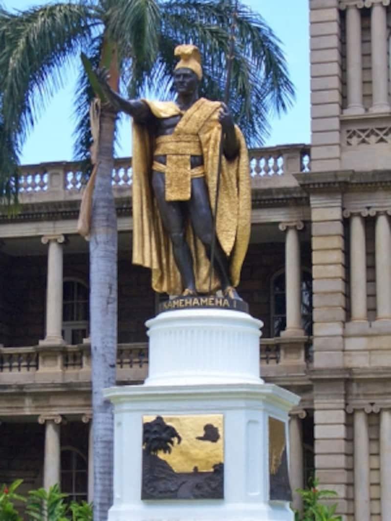 ホノルル、ダウンタウンに立つカメハメハ大王像。台座には大王の偉業を伝える4枚のレリーフが飾られている
