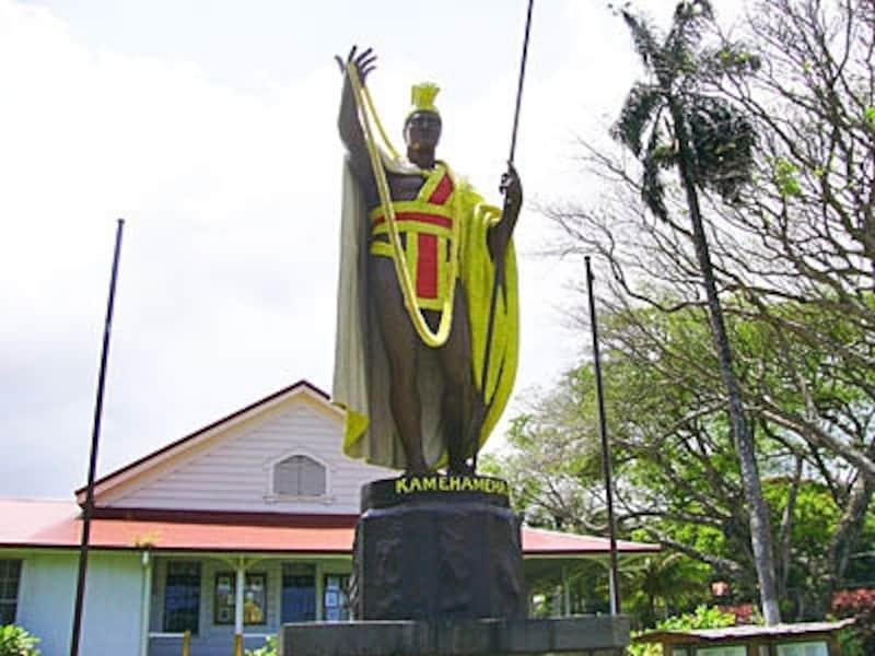 こちらはカメハメハ大王の生誕地、ハワイ島カパアウに立つ像。実はこちらがオリジナル(1体目)