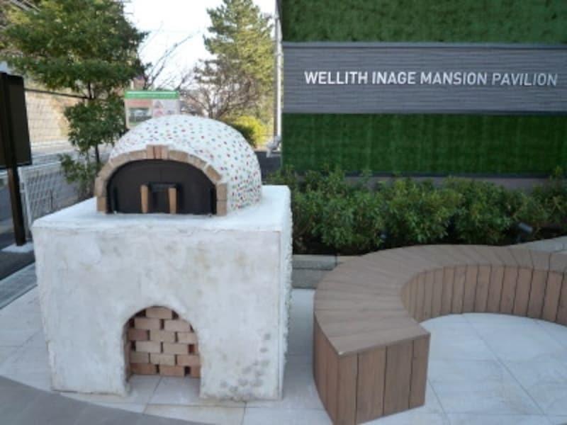 マンションパビリオン前に展示されたピザ窯が来場者の目を引く