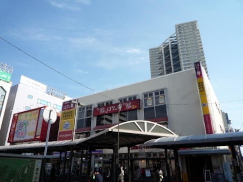 稲毛駅前にはイオンだけでなく各種店舗が多く、平日でも人の行き来が活発