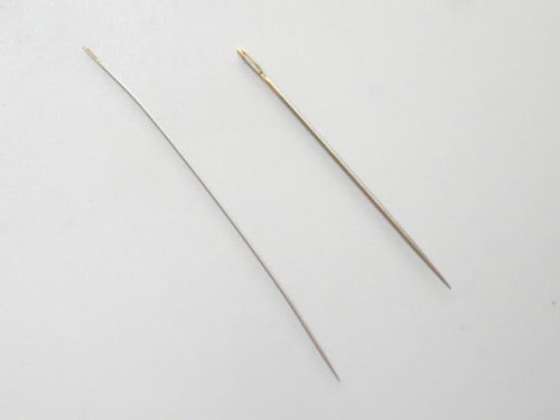 左がビーズステッチ用の針です