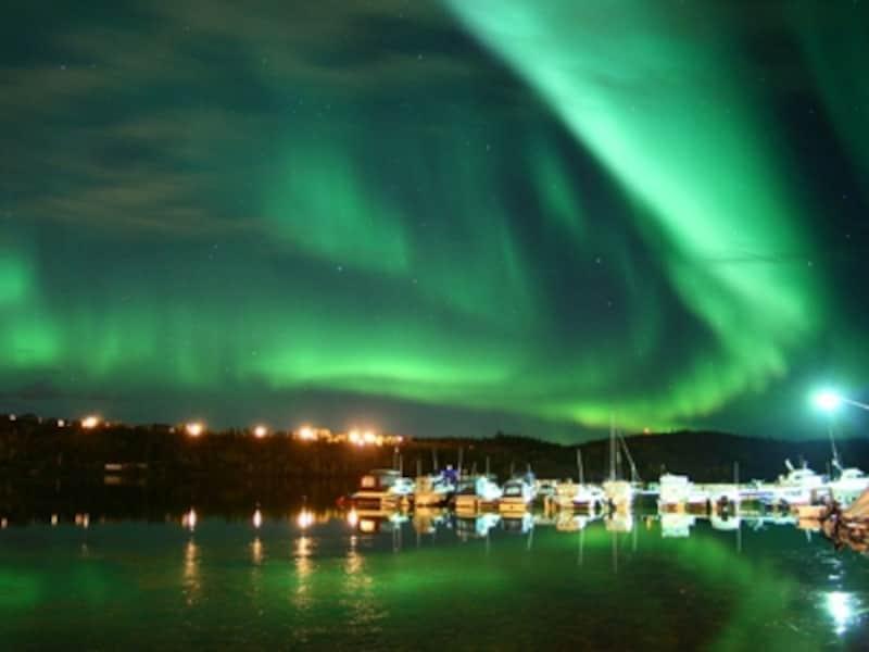 湖に写りこむ逆さオーロラは夏ならでは(C)AuroraVillage