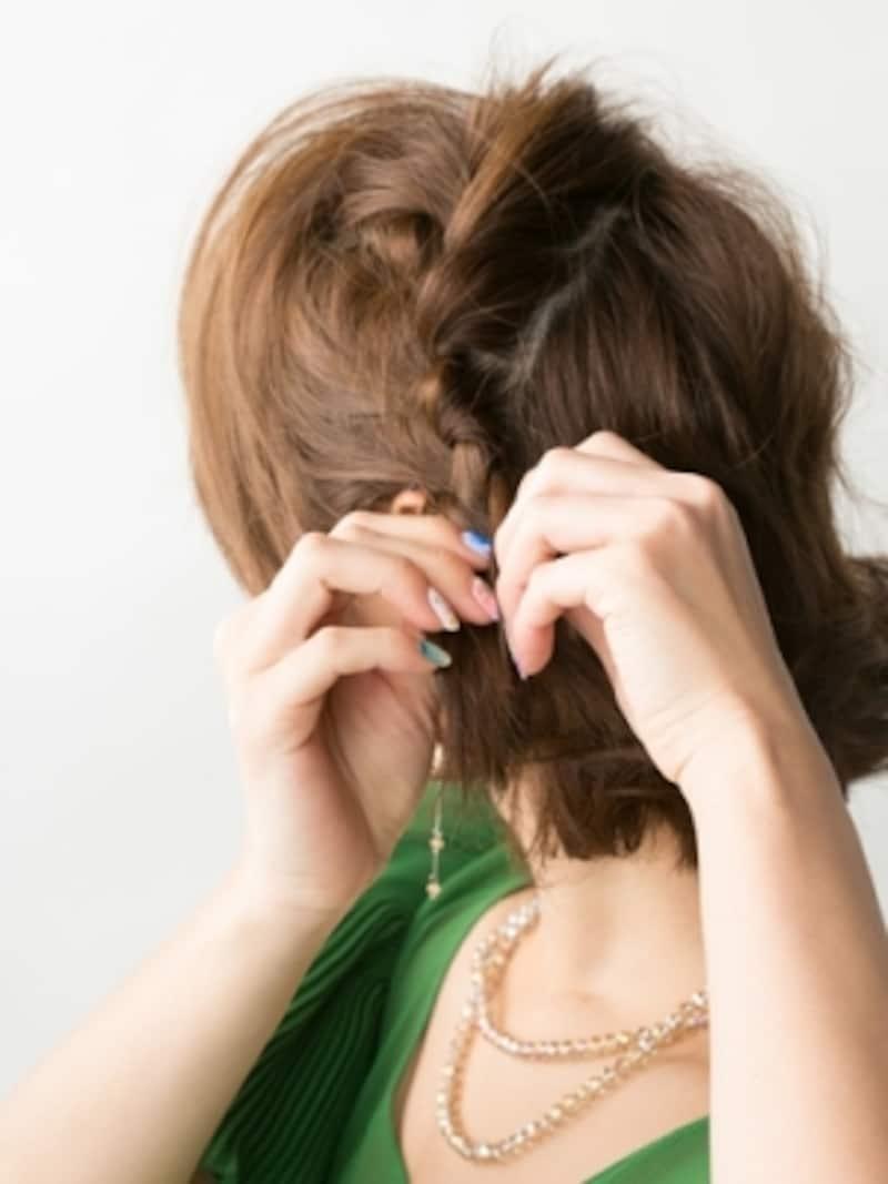 サイドの髪をざっくり取り、編み込みにする