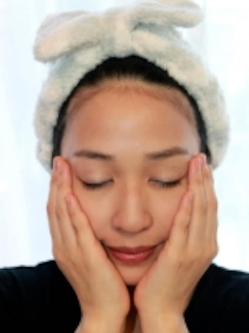 両手で両頬をホールドします。田中愛ホールド