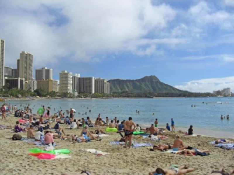 カハロア&ウルコウ・ビーチの始まり、ロイヤル・ハワイアン前。急にビーチが込み始める