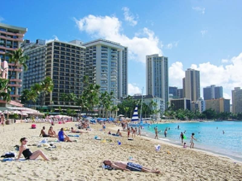 ピンク(ロイヤル・ハワイアン)、ブルー(アウトリガー)、白(サーフライダー)とホテル宿泊者専用のパラソルが並ぶカハロア&ウルコウ・ビーチ