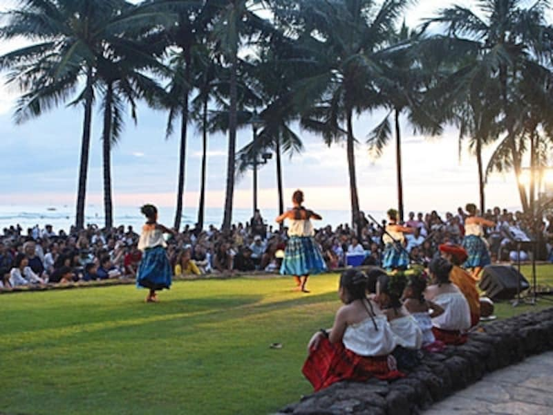 芝生に座ってフラとハワイアンミュージックが鑑賞できるクヒオ・ビーチ・トーチライティング&フラショー。ケイキ(キッズ)・フラも登場