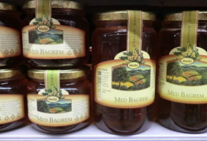 定番のアカシアの他にもラベンダーや栗の花など、たくさんのフレーバーのハチミツが手に入ります