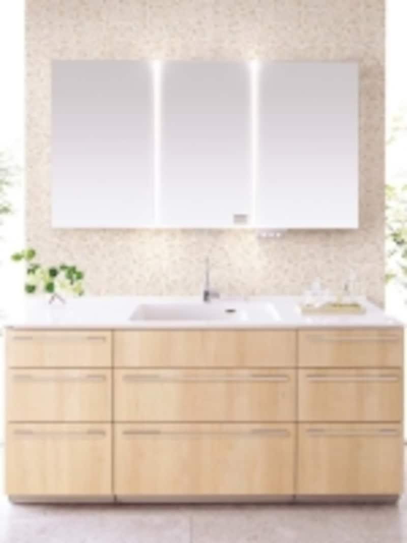 有機ガラス系一体型カウンター、メープル柄の扉、スワンネックシングルレバー、LED木製3面鏡などを組み合わせたナチュラルな洗面化粧台。[LクラスドレッシングラシスundefinedLS-16YC/幅1650mm]パナソニックエコソリューションズundefinedhttp://sumai.panasonic.jp/