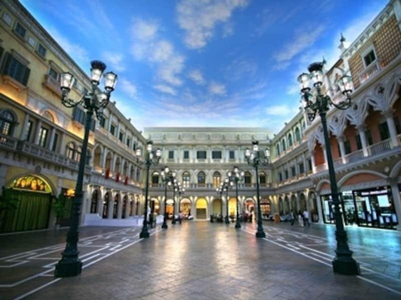 屋内レジャー要素が多数揃う大型複合リゾート。写真はヴェネチアンマカオのショッピングモール(c)TheVenetianMacao