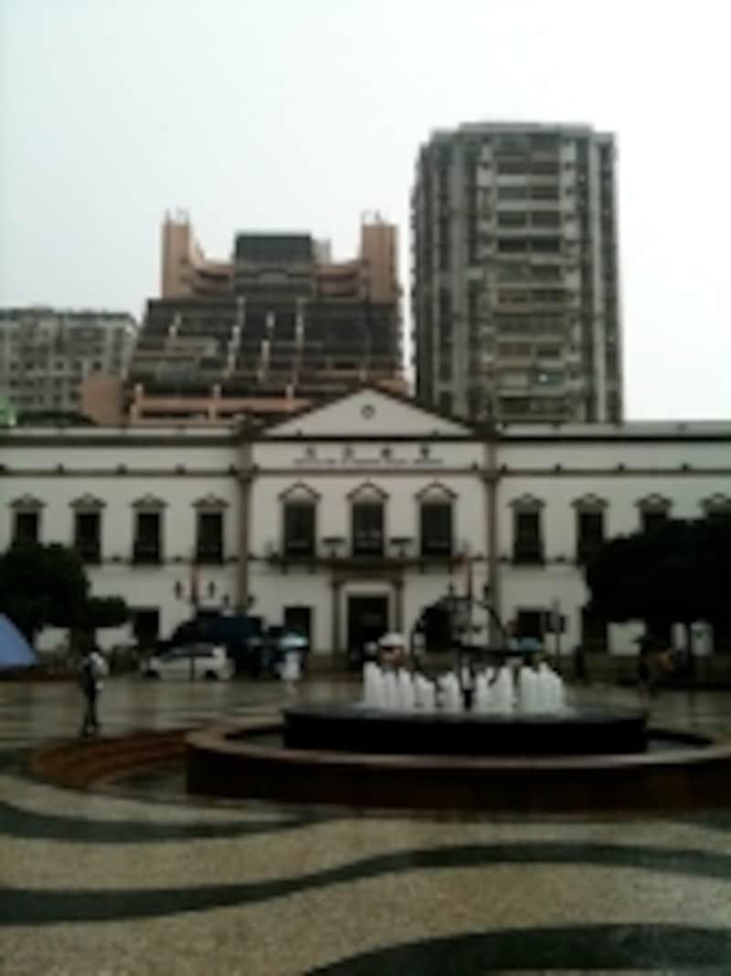 人通りもまばらな雨のセナド広場