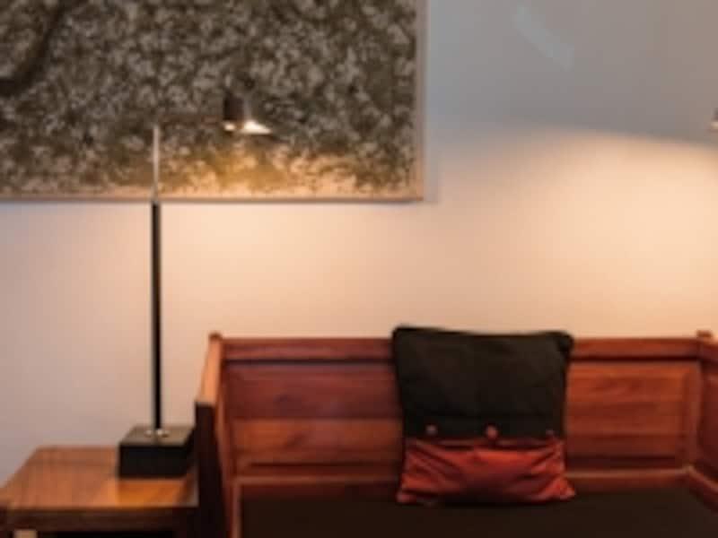 リビングも品質の良いウッド素材を使った家具に囲まれ、ヴィンテージ・ラグジュアリーな雰囲気