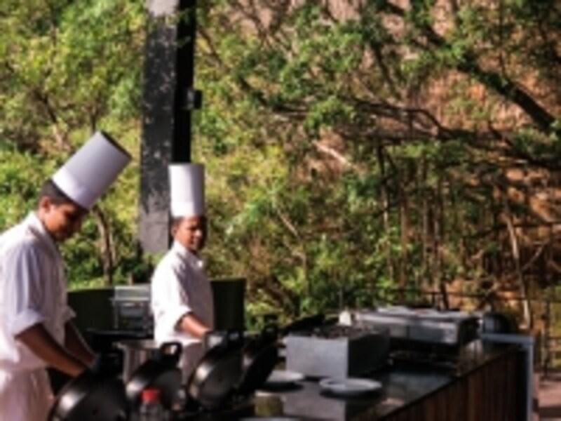 クッキングステーションでは腕の良いシェフたちが厳選素材を使って卵料理などを調理