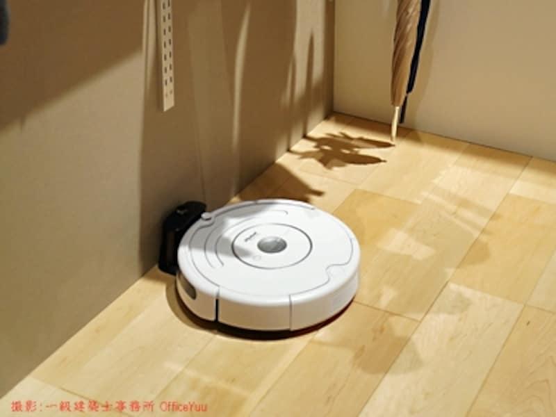ルンバブルな家にリフォームしたいという要望も。お掃除ロボットブームの先駆者となったアイロボット社のルンバ。充電器に戻っている様子。