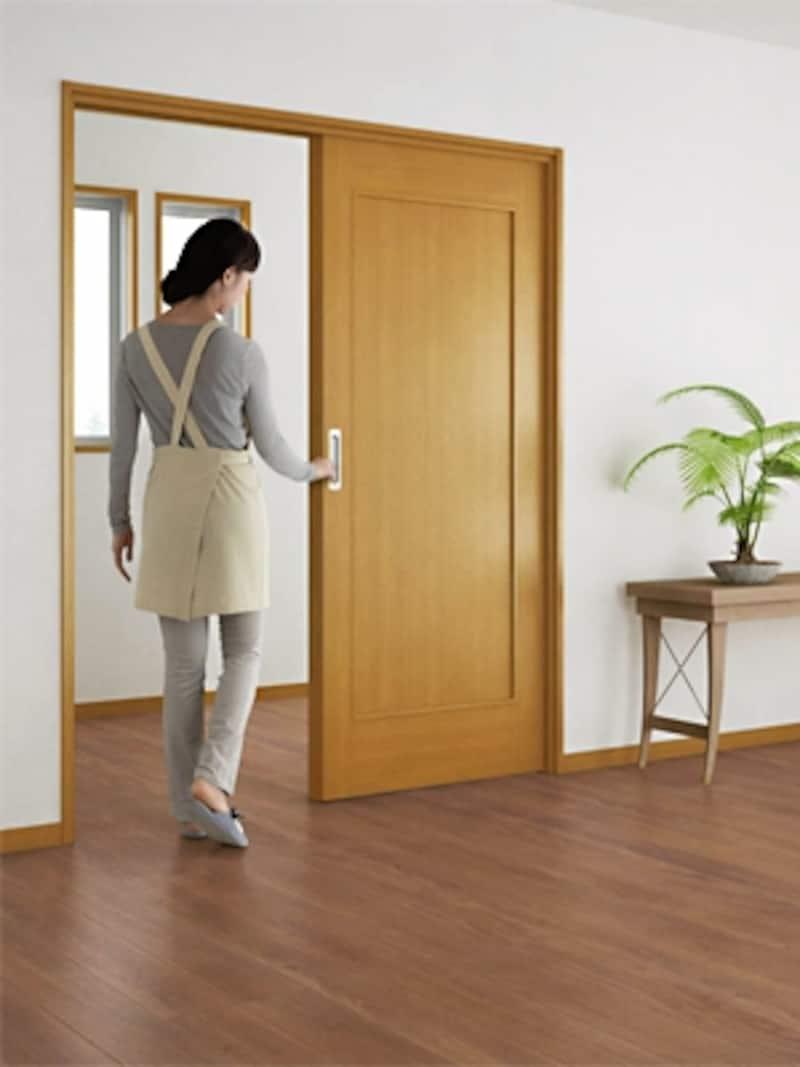 床の段差を無くし、ドアは引き戸にするリフォームをすれば、掃除がラクになるのはもちろん、バリアフリーになる。写真は上吊りタイプの引き戸なので床にレールが無い(大建工業)